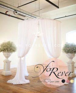 Photo de notre houppa ronde avec voilage idéale pour les mariages. Disponible en location.