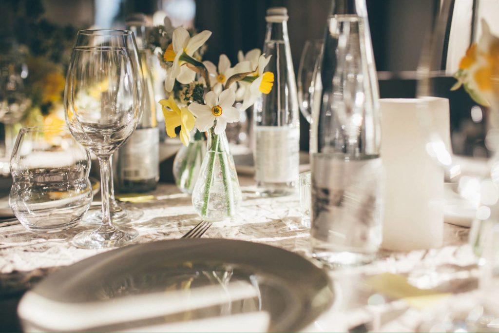 Exemple de décoration d'une table de mariage avec des bougies