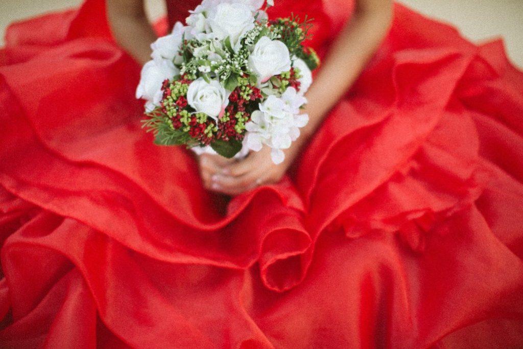 Photo d'une robe rouge, un avantage des mariages en petit comité