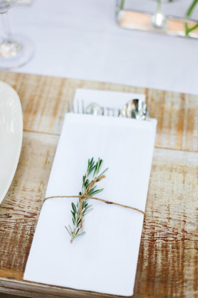 Photo d'une serviette de table jouant le rôle de décoration de table de mariage champêtre