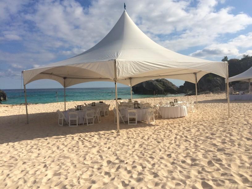 Photo d'un mariage original en petit comité : tente sur une plage
